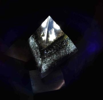 Orgonito Pirámide Tetraédrica Grande con Luz