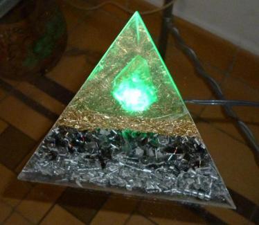 Orgonito Pirámide Tetraédrica Grande con Luz  Verde